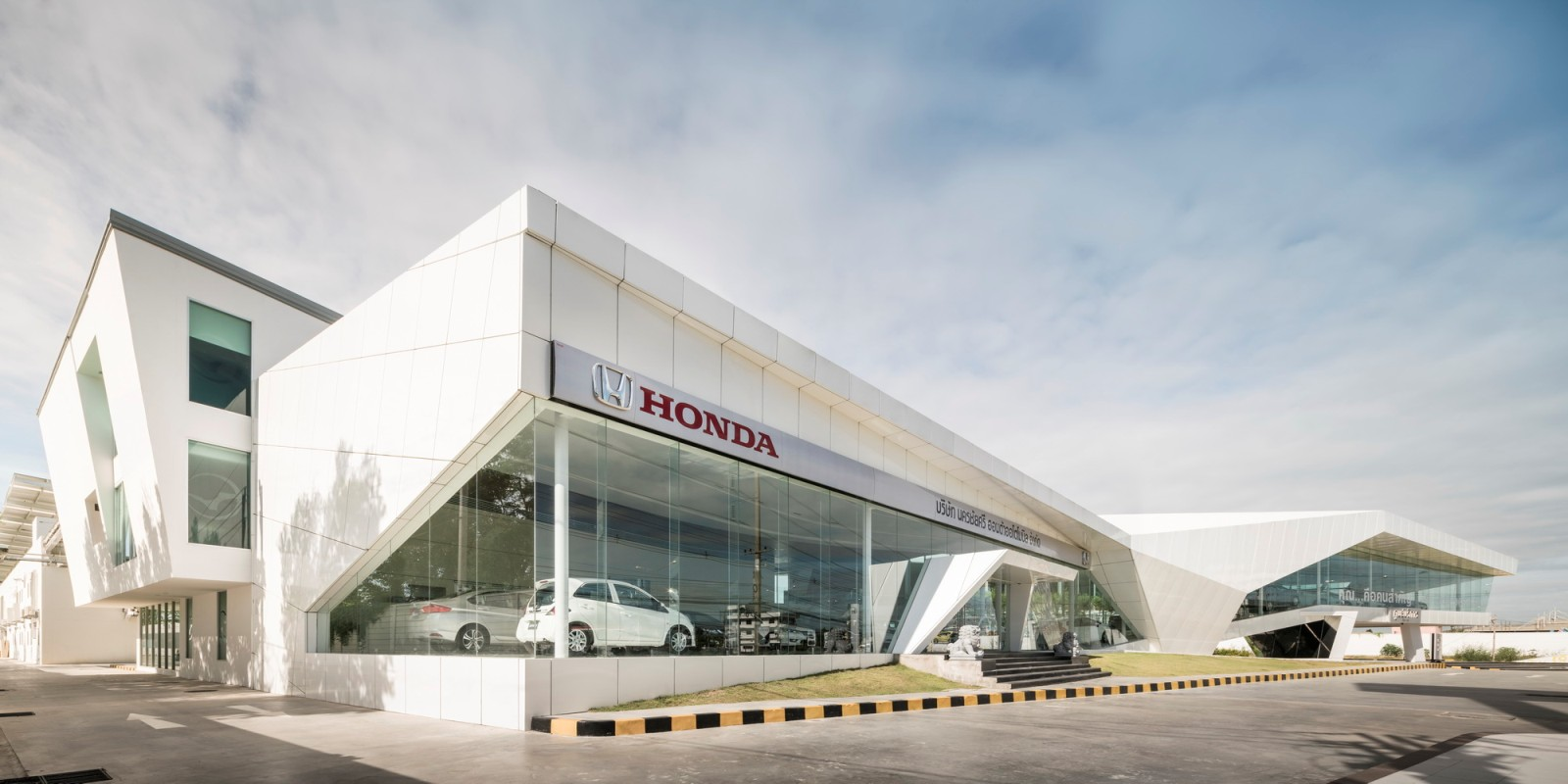 Honda Showroom Nakornchaisri By OFFICE AT